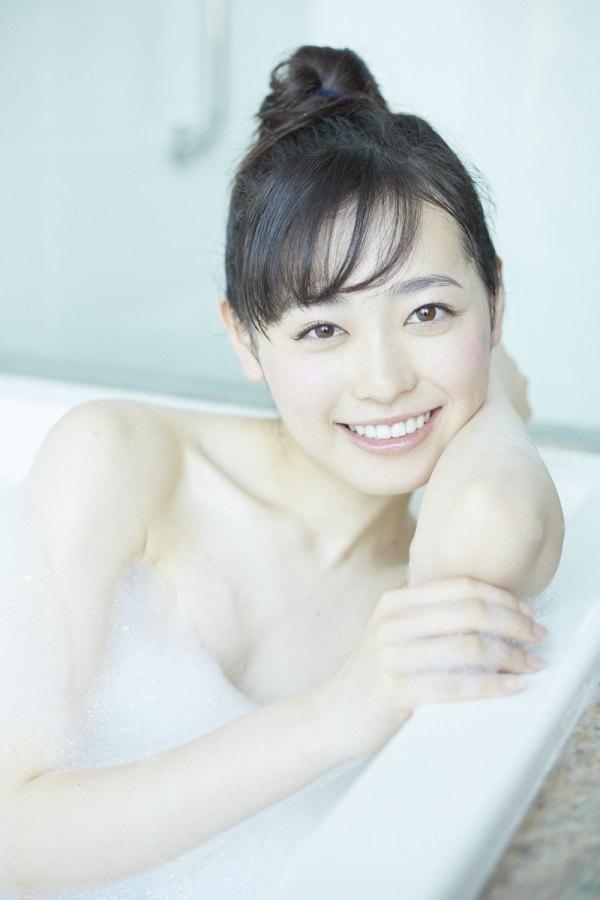 泡風呂姿を公開したセクシーな福原遥の画像