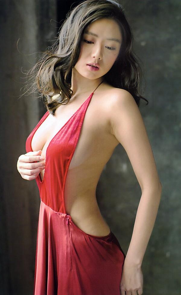 元ミス日本でグラビア女王片山萌美が背中ばっくり開いたドレス姿で横乳ポロリ